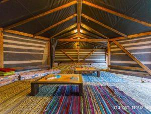 אוהל גדול בחאן שירת הערבה